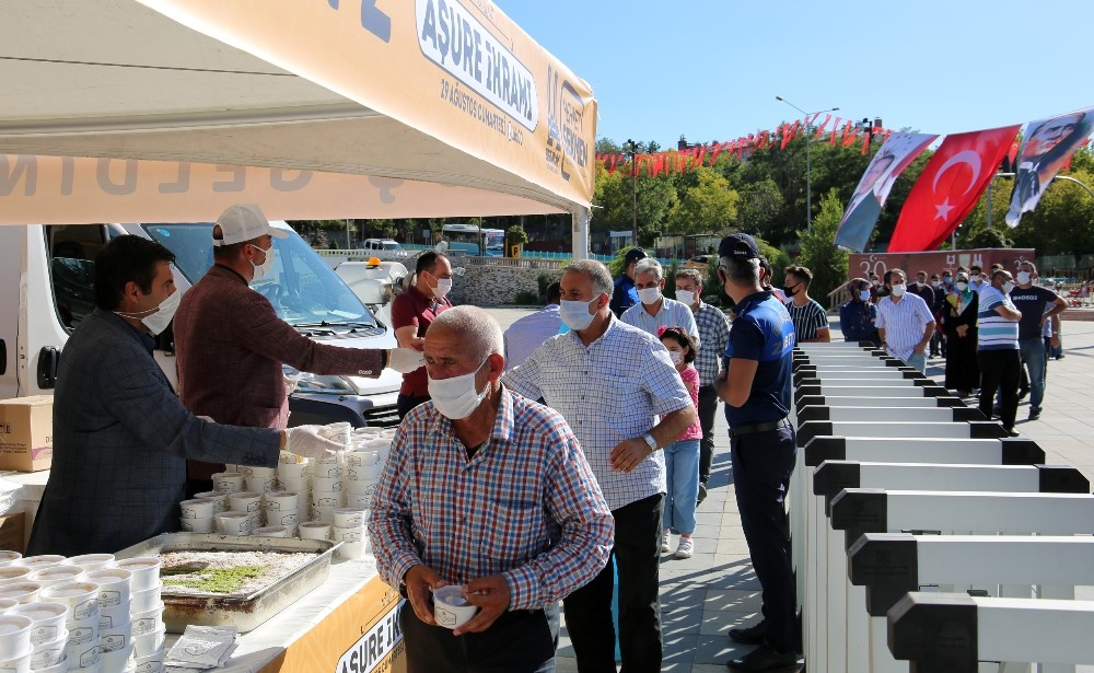 Büyükşehir'den 15 bin kişiye Aşure ikramı