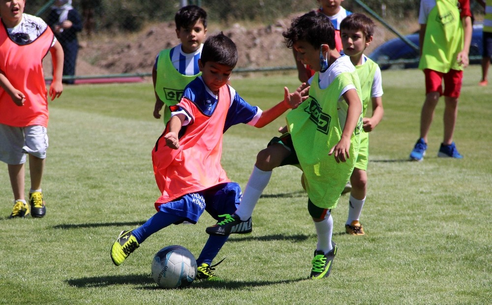 Futbol seçmelerinde çocuklar sahada, veliler dışarıda terledi