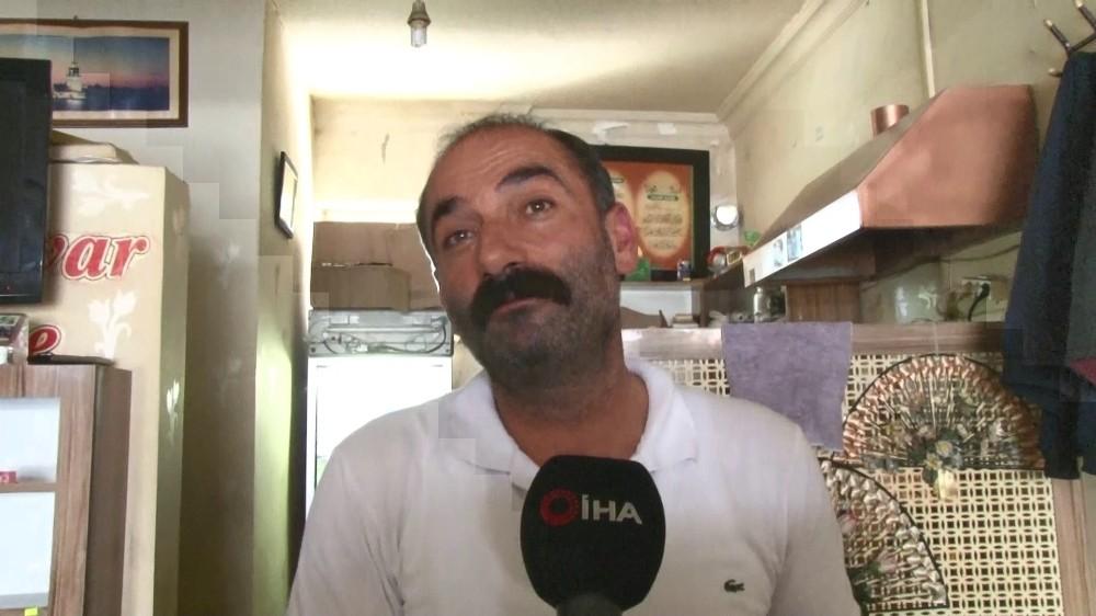 Çay ocağına gelen vatandaşlara mani ve dua okuyarak çay veriyor