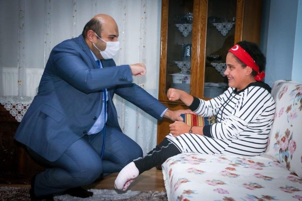 Başkan Orhan'dan engelli öğrenciye çat kapı ziyareti
