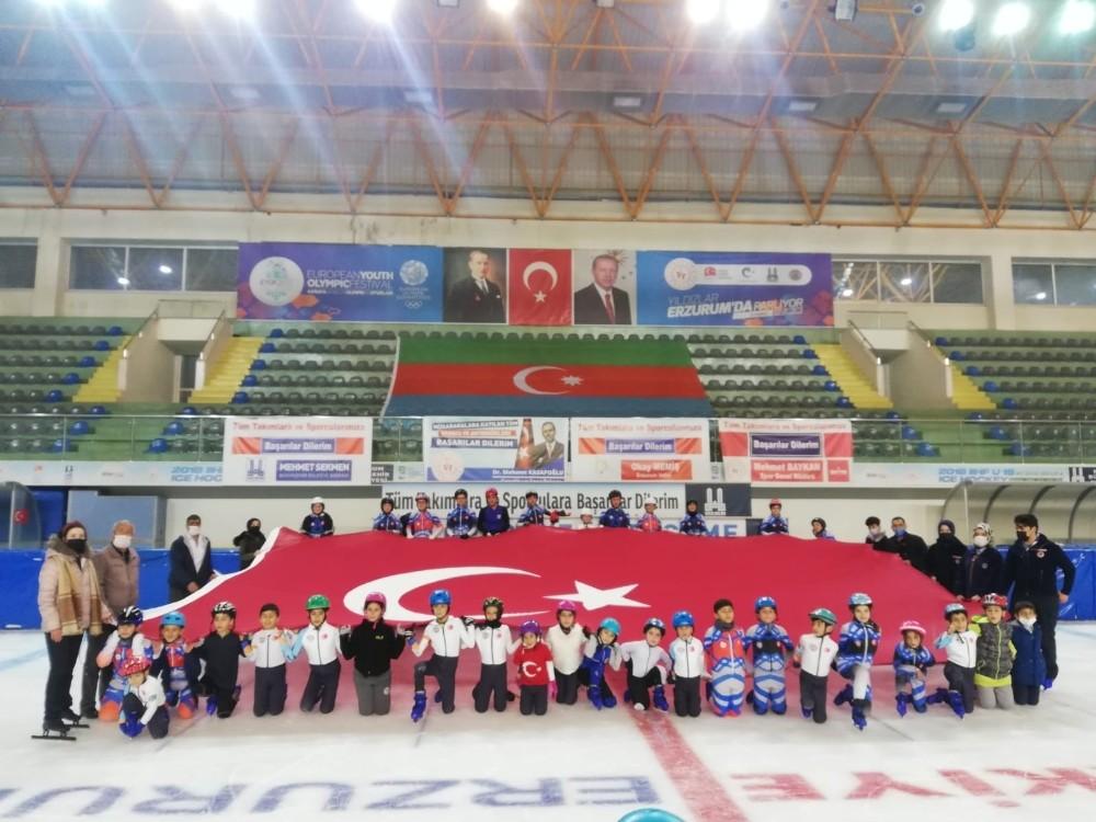Minik short track sporcuları Cumhuriyet'in 97. yılını buz üzerinde dev Türk bayrağı açarak kutladı