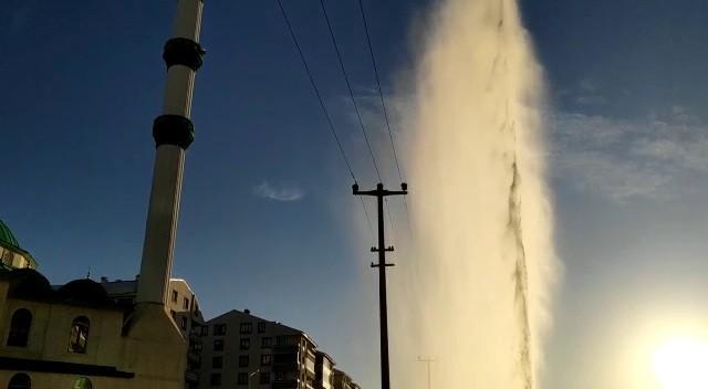 Su borusu patladı, tazyikli su cami minaresini aştı