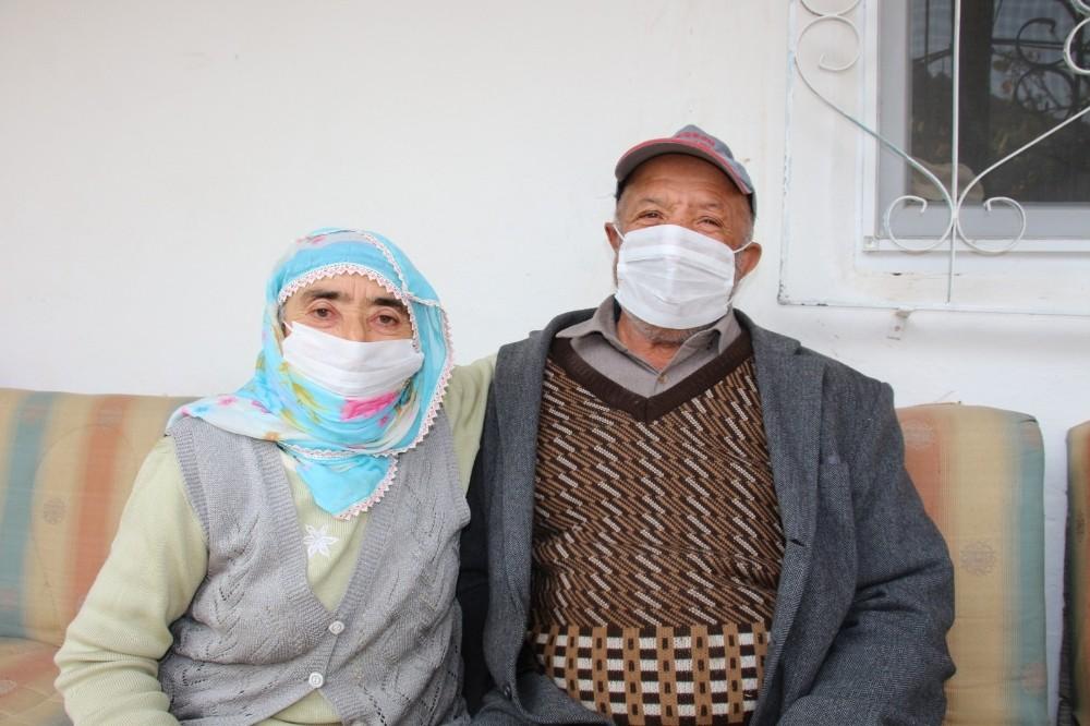 78 yaşındaki Tahsin Tokgöz, ıslık çalarak stres atıyor