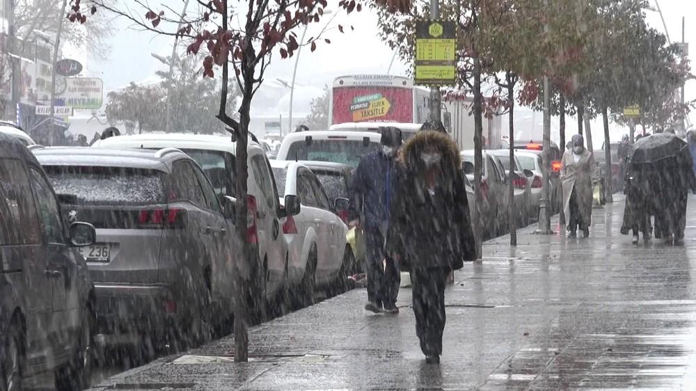 Erzurum'da kar yağışı sürücülere ve yayalara zor anlar yaşattı