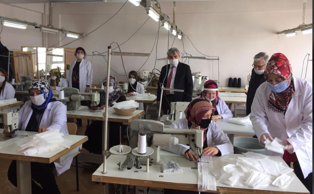 Öğretmen ve öğrencilere maske üretiyorlar