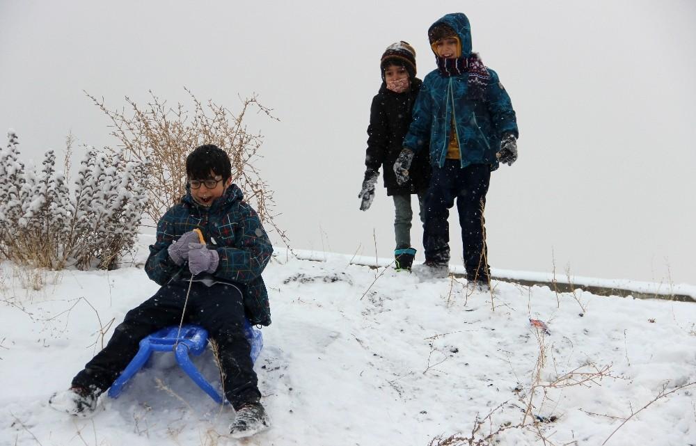 Çocuklar kar üzerinde eğlenceye doyamadı
