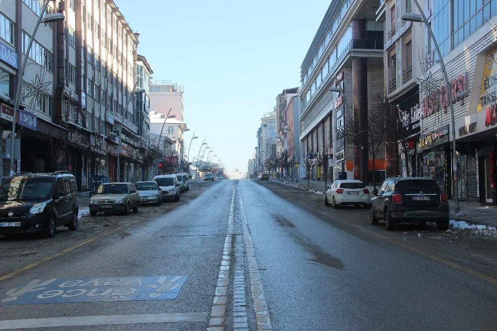 Kısıtlamanın son gününde Erzurum caddeleri boş kaldı