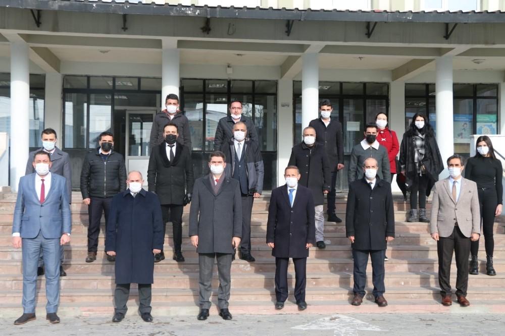 Aşkale'de protokol ve öğretmenler İstiklal Marşı'nı okumak için toplandı