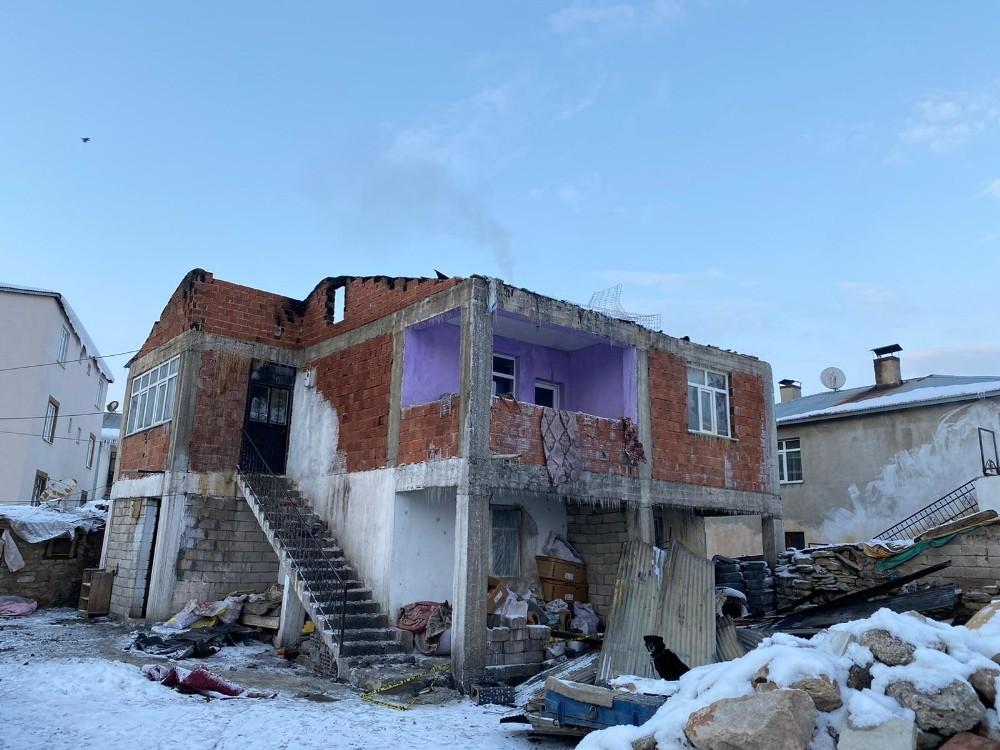 Çatıdaki kümes hayvanlarını ısıtmak için yaktığı sobadan çıkan kıvılcımlar evi yaktı