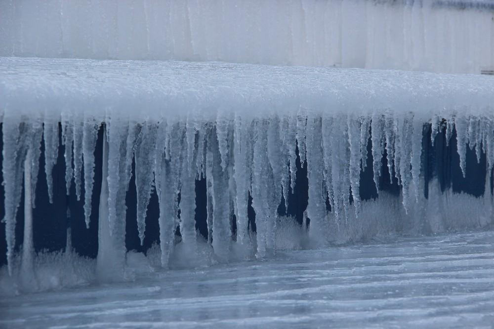 Eksi 20'ye düşen hava sıcaklığı buz tutturdu