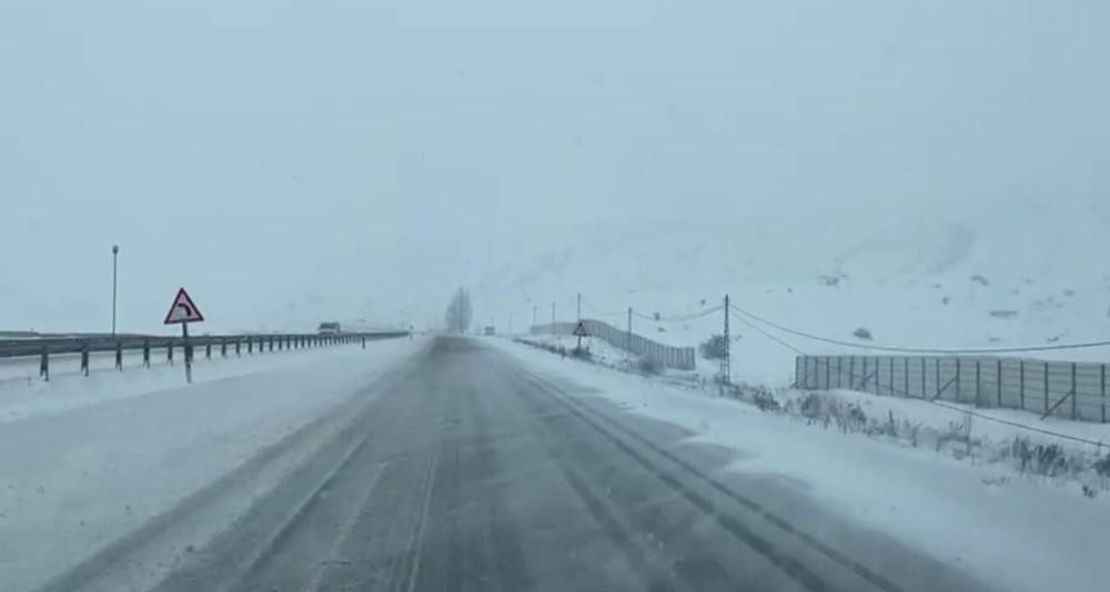 Erzurum – Horasan karayolunda kar ve tipi nedeniyle ulaşım güçlükle sağlanıyor