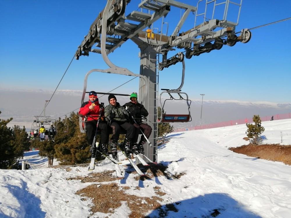 Yaşadıkları ilde kar olmadığı için Erzurum'a kayak yapmaya geldiler