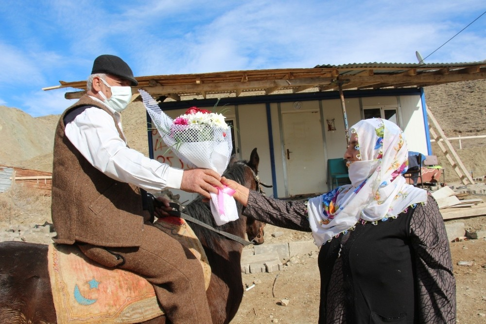 43 yıllık eşine Sevgililer Günü hediyesini at üstünde getirdi