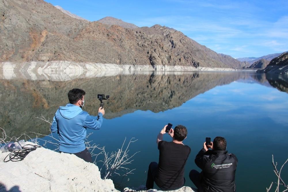 Ayvalı Barajı'nda suyun kirecinden oluşan ilginç figürler ilgi odağı oldu