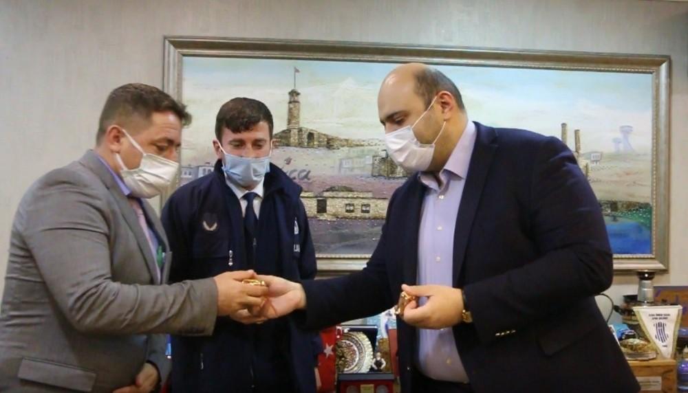 Başkan Orhan, yardımsever zabıtaları altınla ödüllendirdi