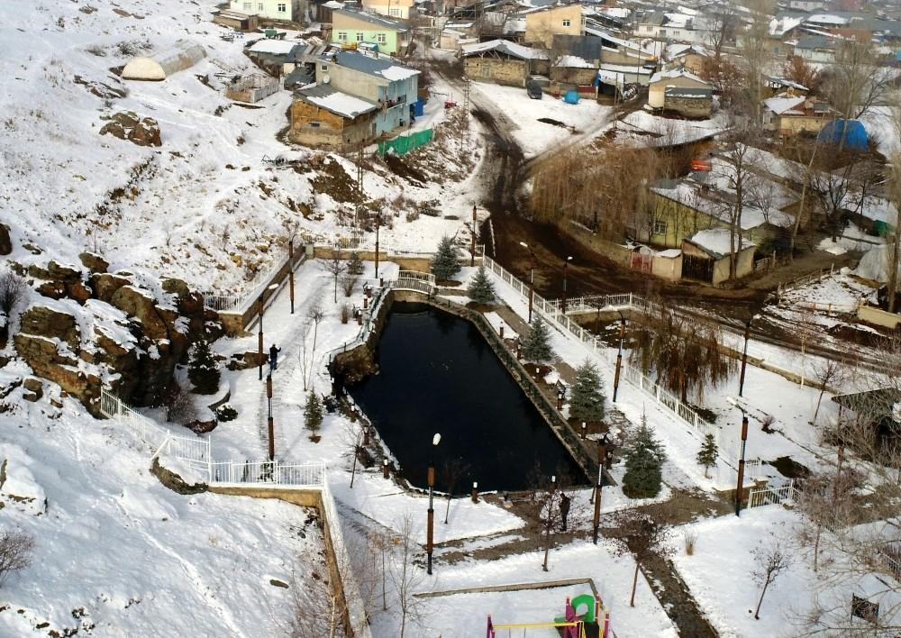 Eksi 40 derece havada bile donmayan balıklı göl görenleri şaşkına çeviriyor