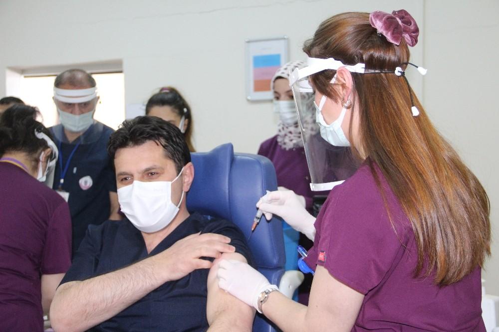 Erzurum İl Milli Eğitim Müdürü ve 4 köy öğretmeni Covid-19 aşısı oldu