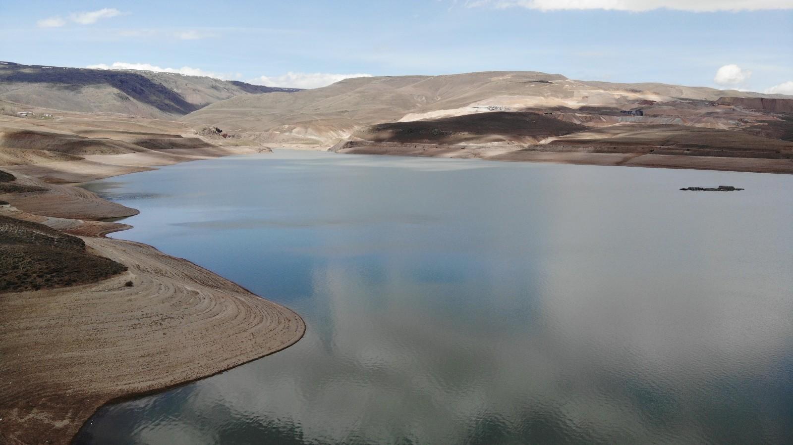 Havadan görüntülenen Demirdöven Barajı manzarasıyla nefesleri kesiyor