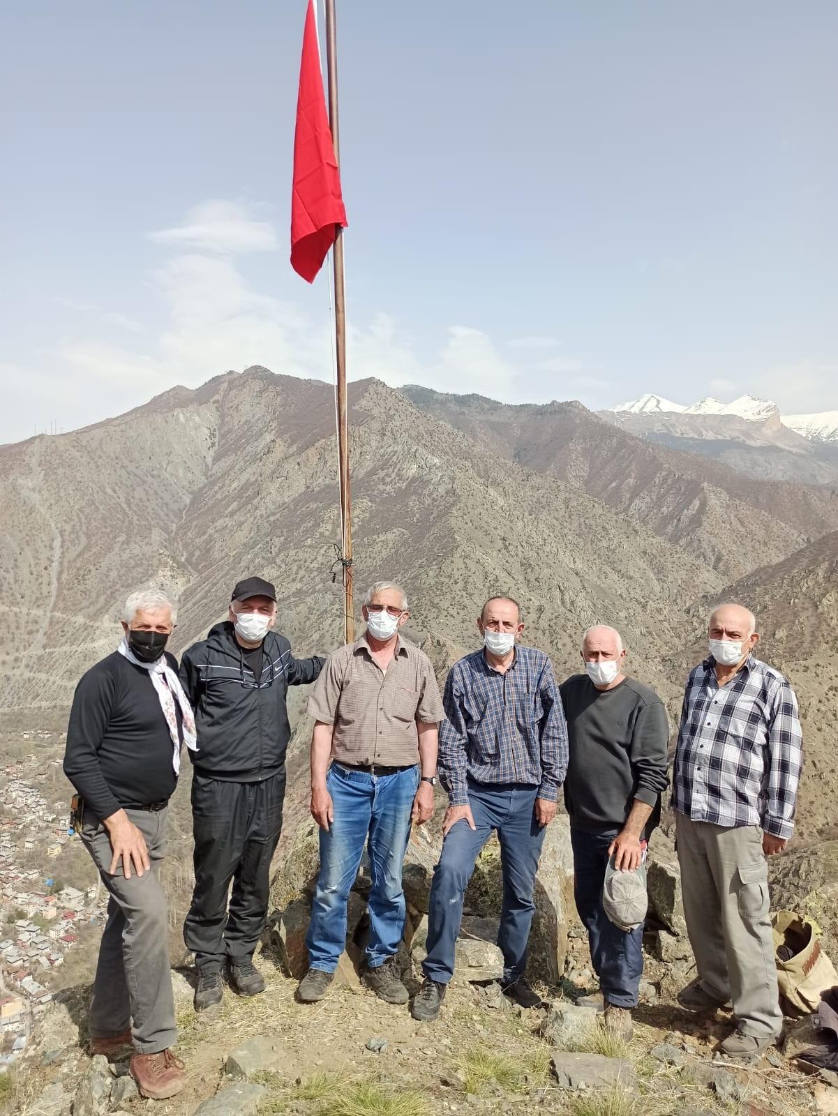Kuçuret dağı şehitler tepesine Bayrak diktiler