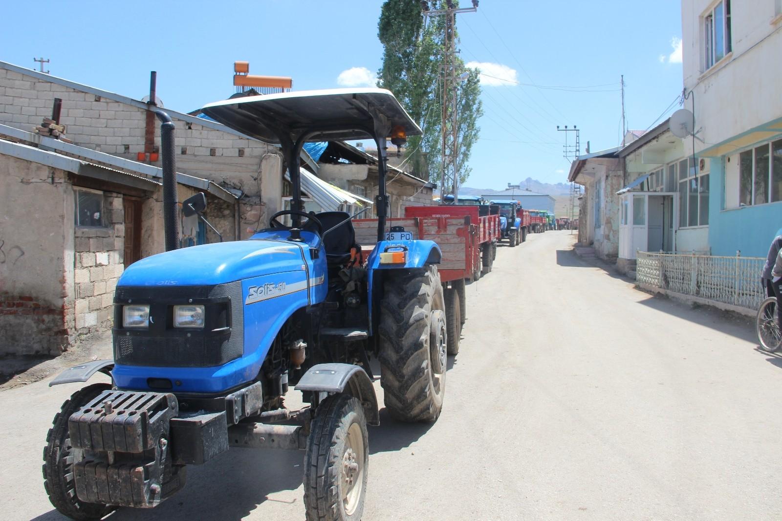 Traktör sürücülerine 'Reflektör Tak, Görünür Ol' sloganıyla reflektör dağıtımı yapıldı
