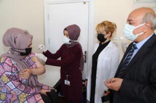 Başhekim Aykal aşı için sıraya giren vatandaşlarla sohbet etti