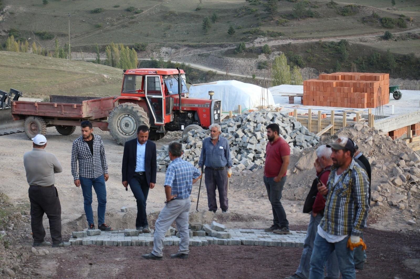 Oltu Belediyesi köylerini kilit taşla kaplıyor